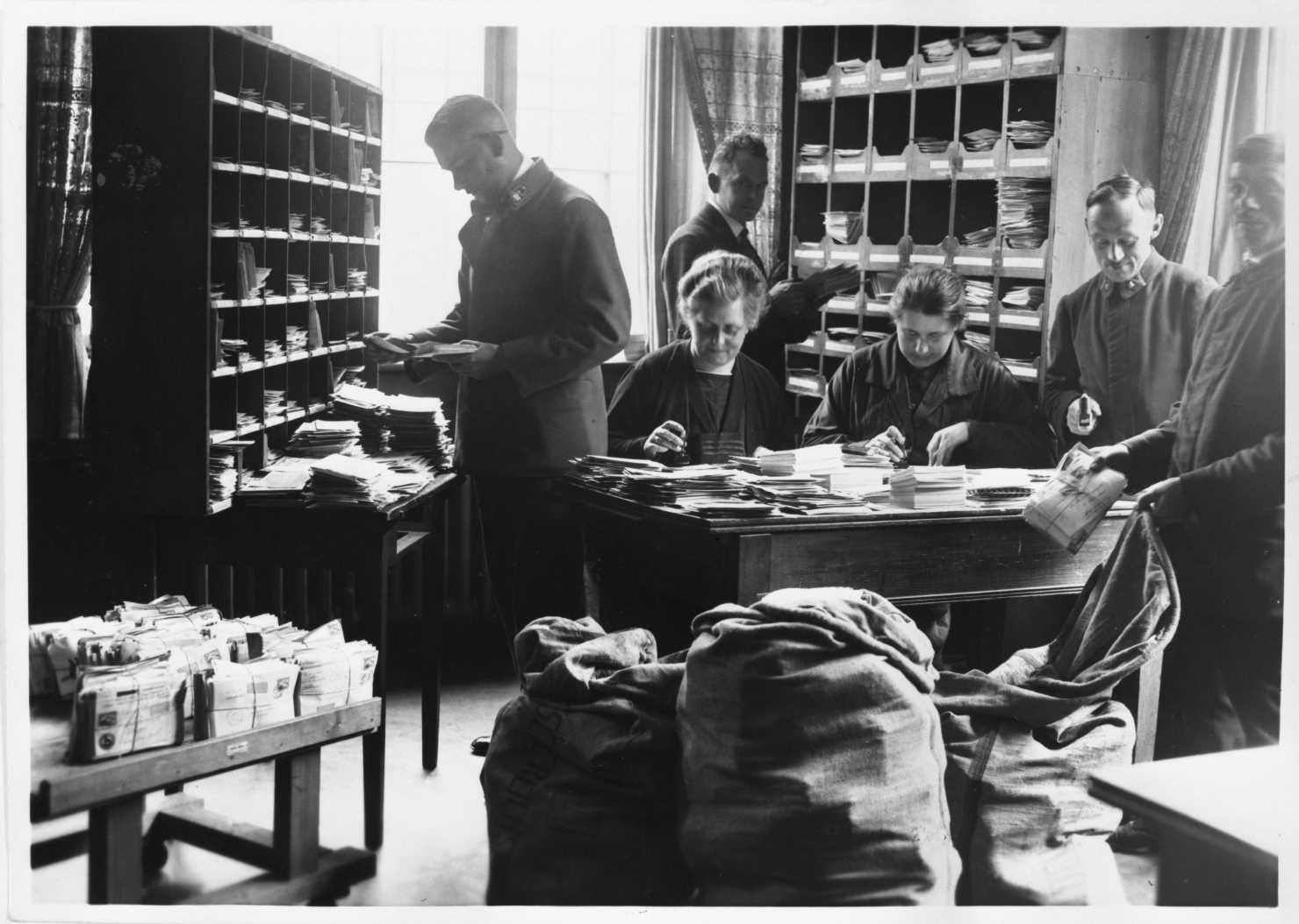 Bearbeitung von Sammlerpost auf dem Friedrichshafener Postamt. Bildquelle: Archiv der Luftschiffbau Zeppelin GmbH