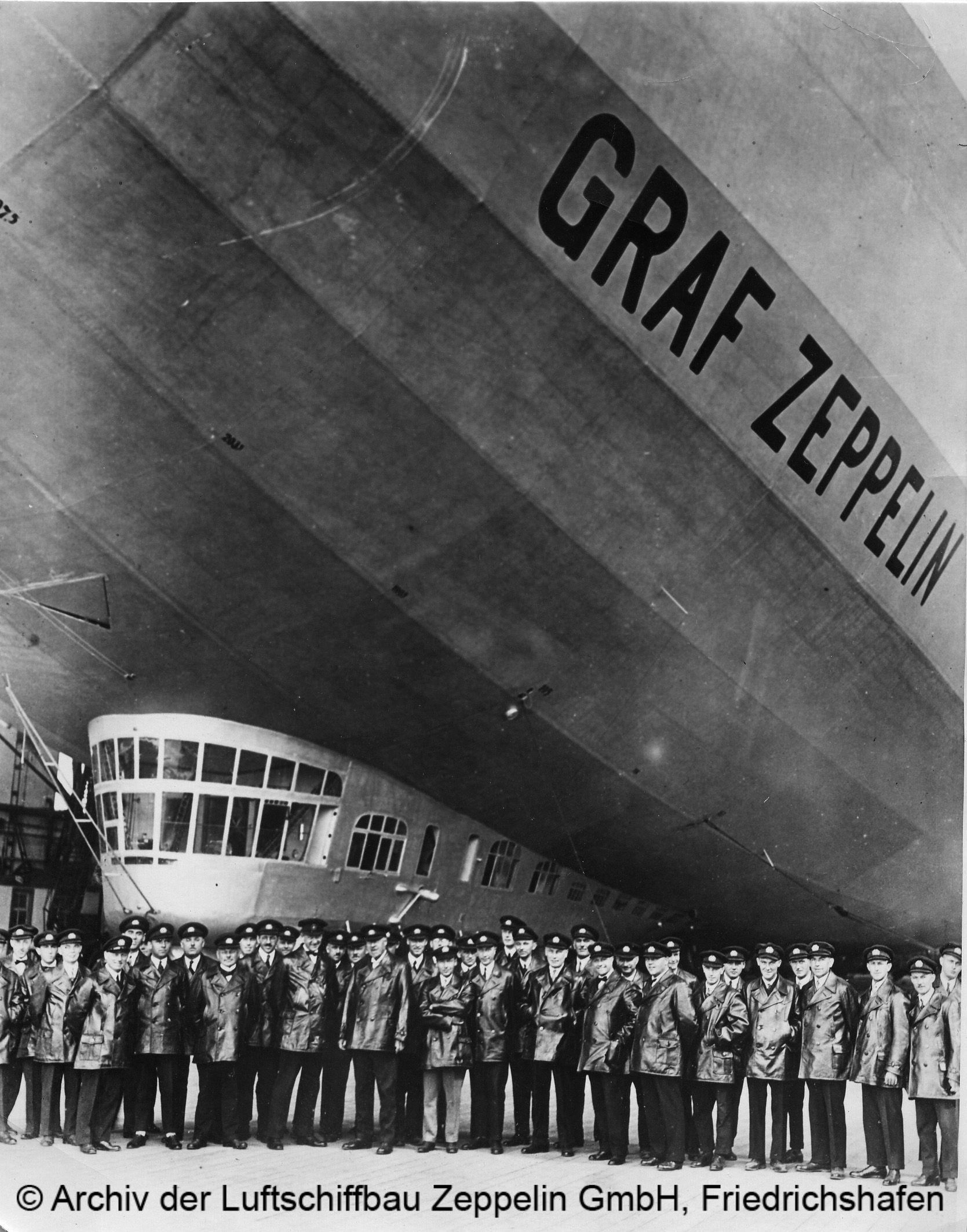 Bild der Mannschaft vor LZ 127 © Archiv der Luftschiffbau Zeppelin GmbH