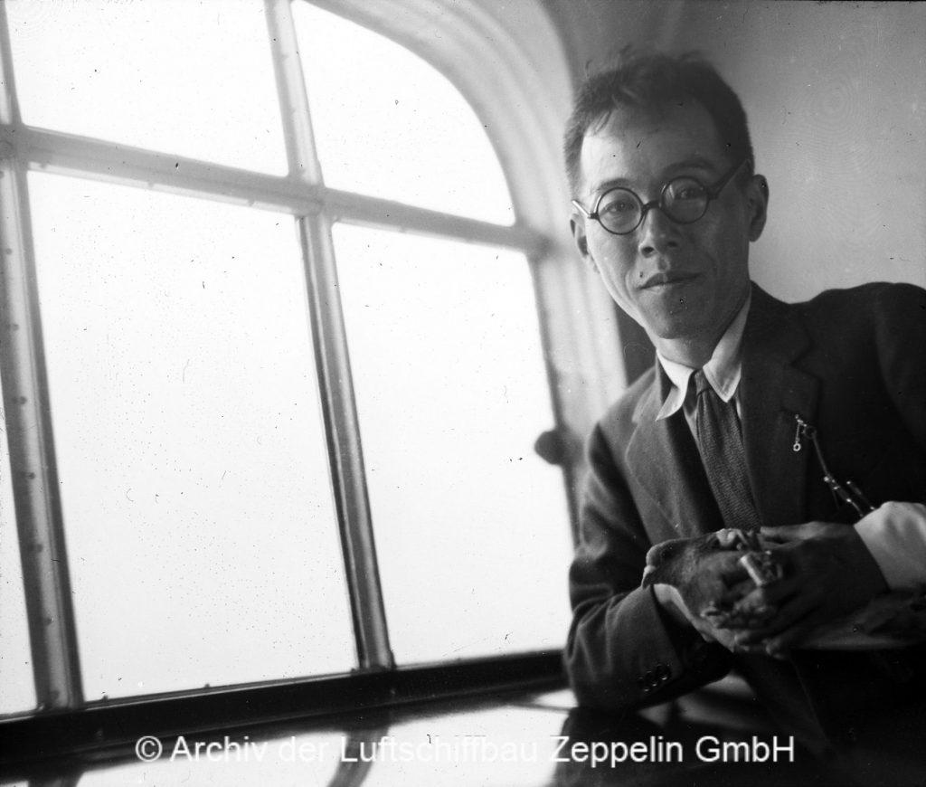 Ein japanischer Journalist schickt Brieftauben vom Luftschiff aus