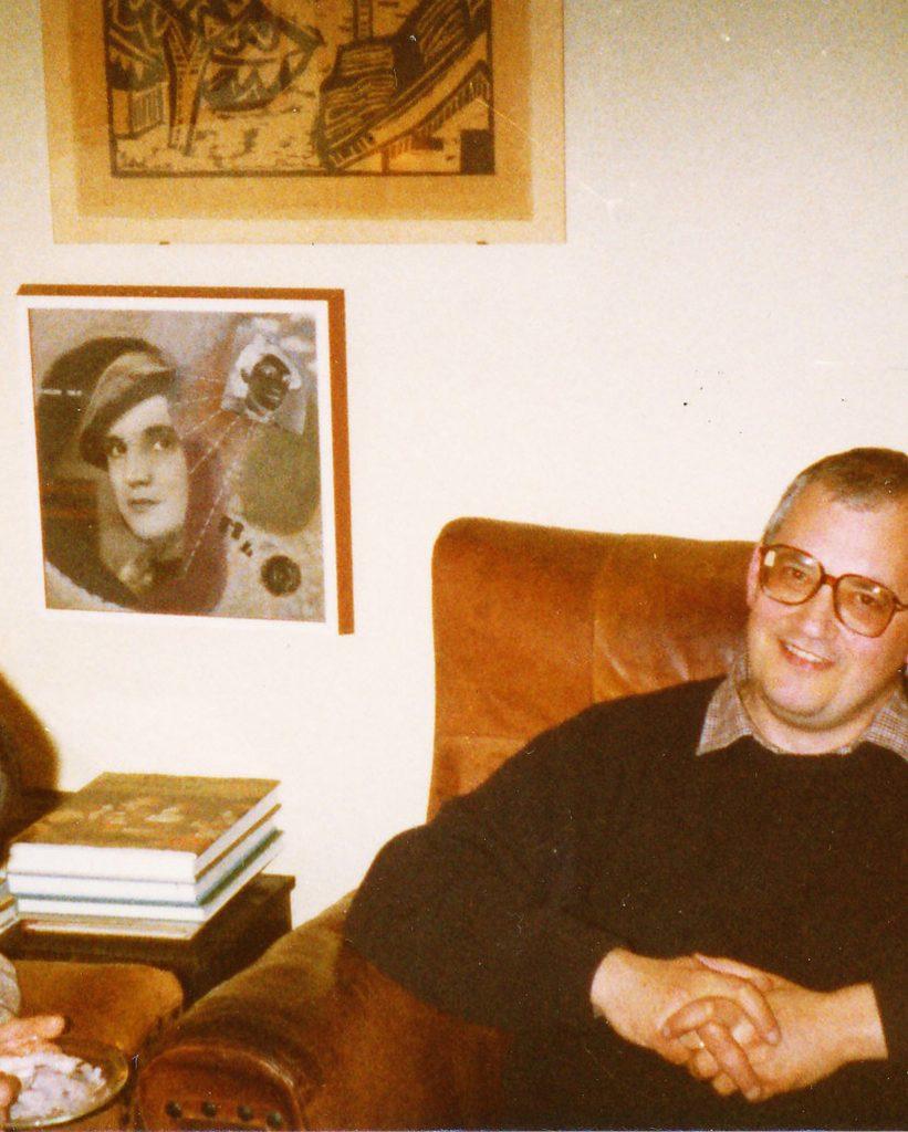 Das Foto zeigt Lutz Tittel Mitte der 80er Jahre in Marta Hoepffners Privatwohnung neben ihrem Selbstbildnis von 1935 (heute in der Sammlung des Zeppelin Museums)