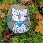 Ein bemalter Stein mit Wopsie-Motiv